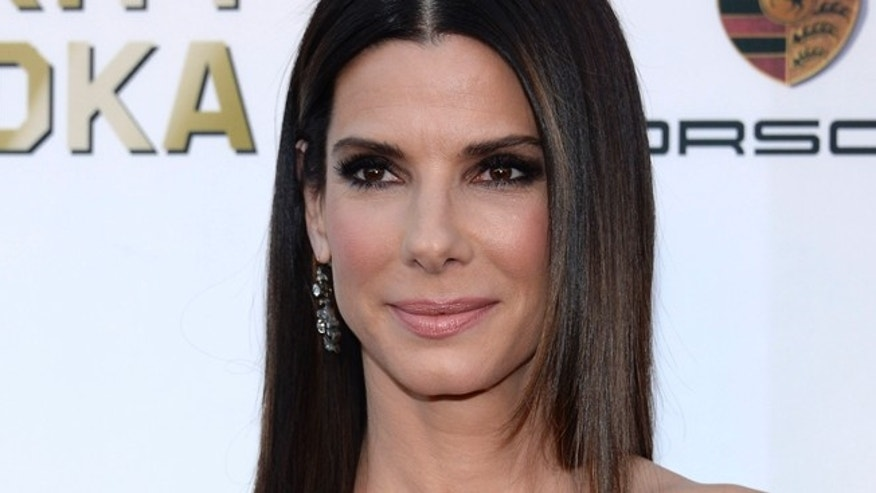 Actress Sandra Bullock arrives at the 19th annual Critics' Choice Movie Awards in Santa Monica, California January 16, 2014.    REUTERS/Kevork Djansezian (UNITED STATES  - Tags: ENTERTAINMENT)  (CRITICSCHOICE-ARRIVALS) - RTX17HDF