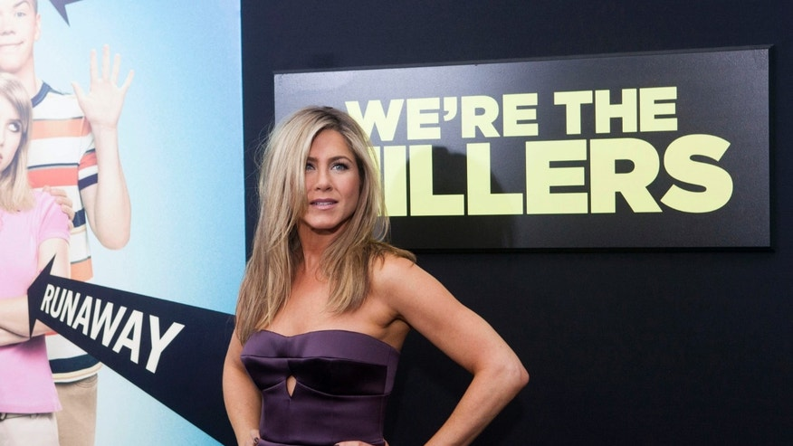 "Cast member Jennifer Aniston arrives for the premiere of the film ""We're the Millers"" in New York, August 1, 2013. REUTERS/Keith Bedford (UNITED STATES - Tags: ENTERTAINMENT) - RTX127TF"