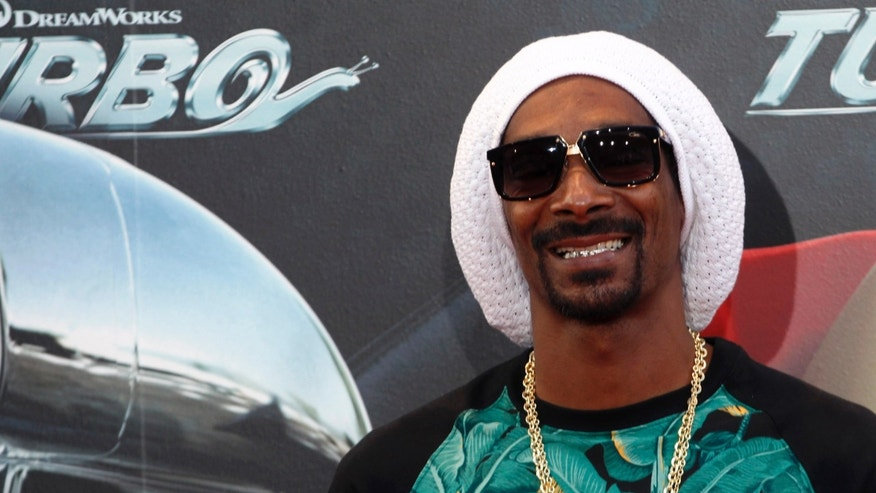 "Voice cast actor Snoop Dogg, also known as Snoop Lion, poses during the world premiere photocall of his animated movie ""Turbo"" in Barcelona June 25, 2013. REUTERS/Gustau Nacarino (SPAIN - Tags: ENTERTAINMENT) - RTX110UN"