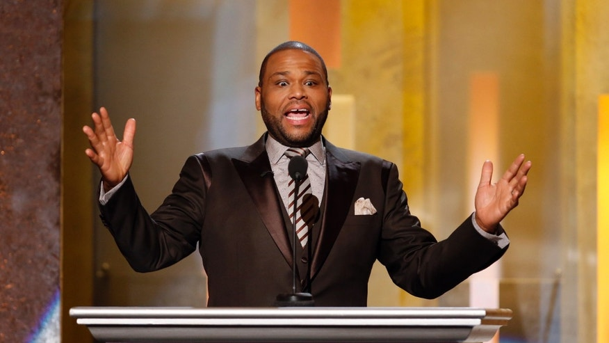 Show host actor Anthony Anderson addresses the audience during the 45th NAACP Image Awards in Pasadena, California February 22, 2014.   REUTERS/Danny Moloshok (UNITED STATES  - Tags: ENTERTAINMENT)   - RTX19CA2