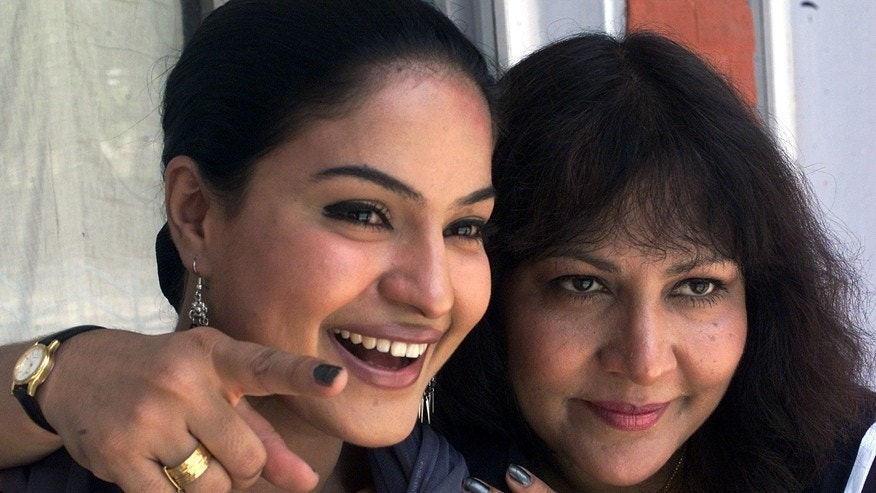 Pakistani actresses Veena Malik (L) and Sheeba Bhatt pose for photographers during a press conference in the North Indian city of Chandigarh May 26, 2004.