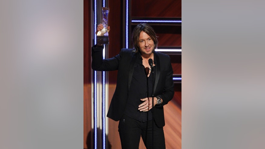Keith Urban accepts the CMT Artist of the Year Award at the Schermerhorn Symphony Center on Tuesday, Dec. 2, 2014, in Nashville, Tenn. (Photo by Wade Payne/Invision/AP)