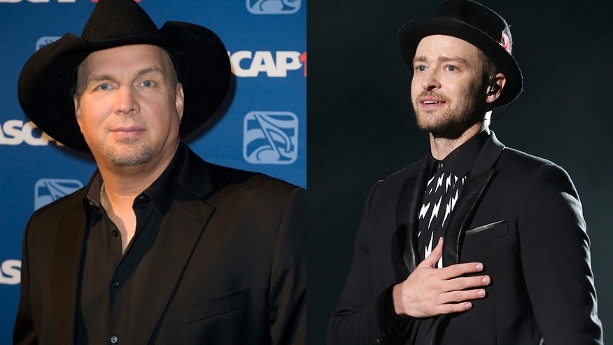 Singers Garth Brooks (L) and Justin Timberlake.