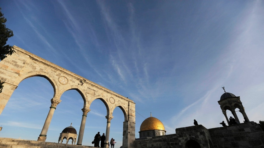 The Dome of the Rock (C) is seen in the background, as Palestinians visit the compound known to Muslims as Noble Sanctuary and to Jews as Temple Mount, in Jerusalem's Old City January 21, 2014. REUTERS/Ammar Awad (JERUSALEM - Tags: SOCIETY RELIGION TRAVEL TPX IMAGES OF THE DAY) - RTX17OCA
