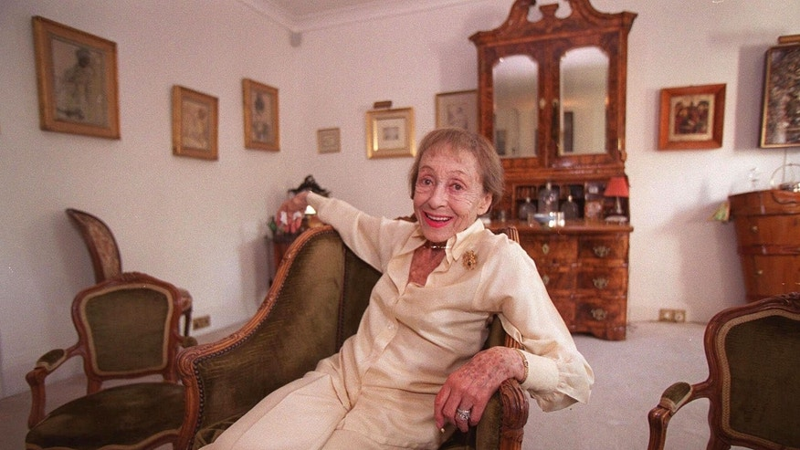 In this July 29, 1999 file photo, actress Luise Rainer poses in her central London apartment. Rainer, a star of cinema's golden era who won back-to-back Oscars but then walked away from a glittering Hollywood career, has died. She was 104.  (AP)