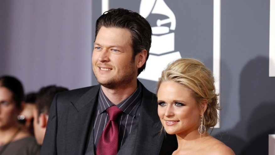 Country music stars Blake Shelton and Miranda Lambert (R) arrive at the 53rd annual Grammy Awards in Los Angeles, California February 13, 2011. REUTERS/Danny Moloshok (UNITED STATES - Tags: ENTERTAINMENT) (GRAMMYS-ARRIVALS) - RTR2IJYY