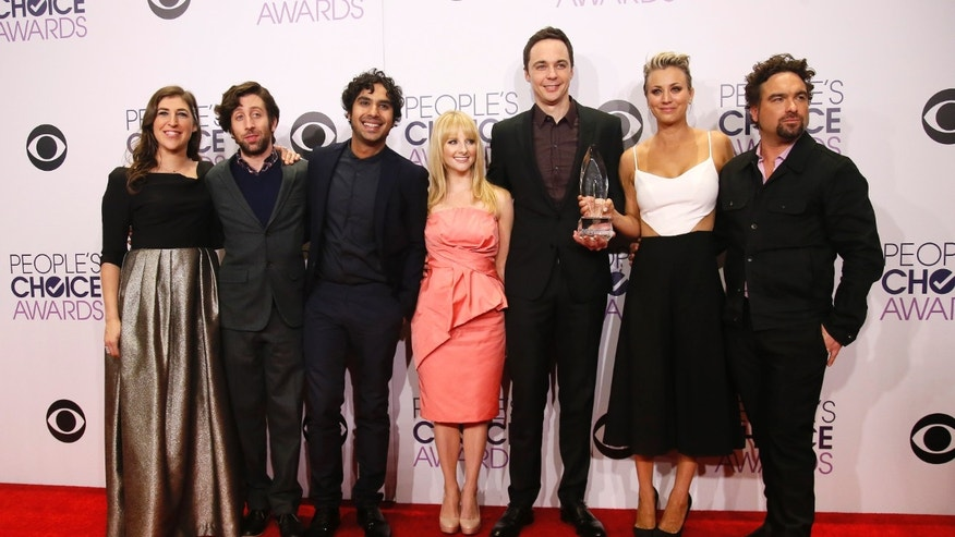 "The cast of the CBS comedy series ""The Big Bang Theory"" pose with their award for Favorite TV Show during the 2015 People's Choice Awards in Los Angeles, California January 7, 2015.  REUTERS/Danny Moloshok  (UNITED STATES-Tags: ENTERTAINMENT)(PEOPLESCHOICE-BACKSTAGE) - RTR4KHXR"
