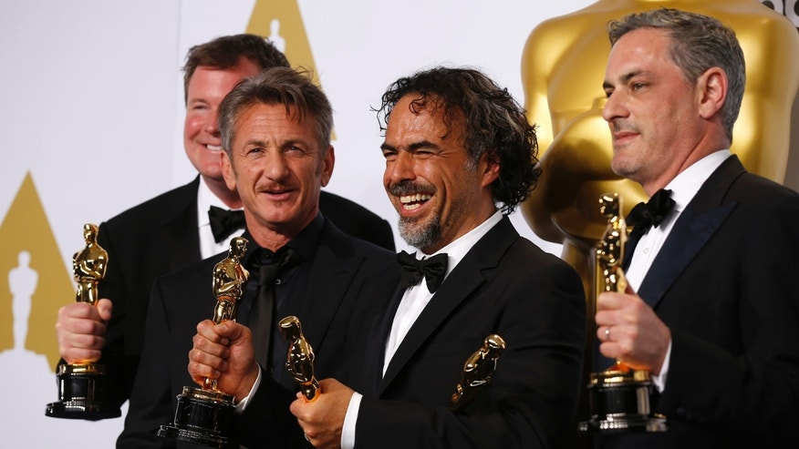 """Birdman"" producer James W. Skotchdopole (L-R), Best Picture presenter Sean Penn, Director Alejandro Inarritu and producer John Lesher pose with the Oscars for Best Director, Best Original Screenplay and Best Picture at the 87th Academy Awards in Hollywood, California February 22, 2015.   REUTERS/Lucy Nicholson (UNITED STATES  - Tags: ENTERTAINMENT)  (OSCARS-BACKSTAGE) - RTR4QPMB"