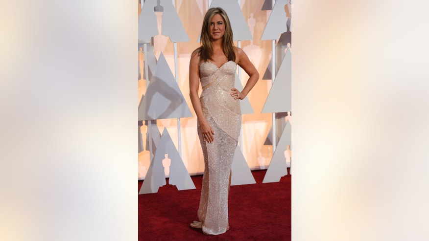 Actress Jennifer Aniston wears a Versace dress and Fred Leighton jewelry as she arrives at the 87th Academy Awards in Hollywood, California February 22, 2015.    REUTERS/Mario Anzuoni (UNITED STATES  - Tags: ENTERTAINMENT)   (OSCARS-ARRIVALS) - RTR4QO9D