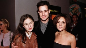"Three of the stars  of the new film ""She's All That"", Anna Paquin (L) Freddie Prinze, Jr. and Rachel Leigh Cook (R), pose together at the film's premiere January 19, 1999 in Los Angeles. [The film, a contemporary look at a trendy Los Angeles high school, also stars Jodi Lynn O'Keefe.]  REUTERS/Fred Prouser - RTXIP4G"