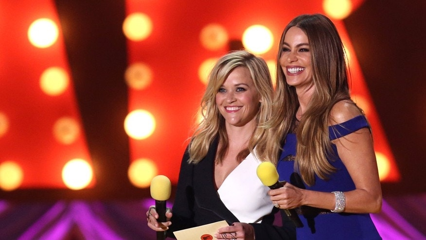 Reese Witherspoon, left, and Sofia Vergara present the award for best kiss at the MTV Movie Awards at the Nokia Theatre on Sunday, April 12, 2015, in Los Angeles. (Photo by Matt Sayles/Invision/AP)