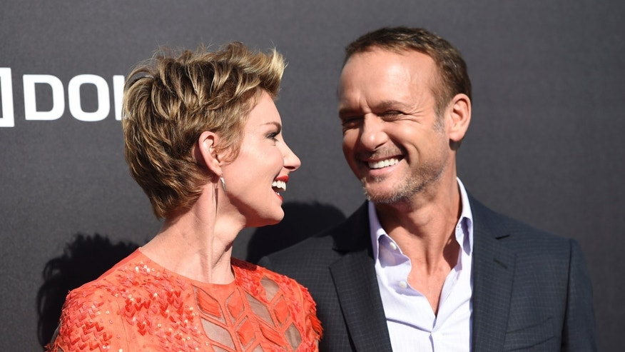 Tim Mcgraw And Faith Hill Can T Stop Pawing Each Other On