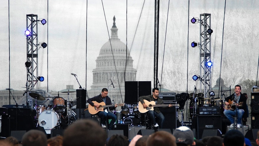 The band O.A.R. perform in front of the US Capitol during the Green Apple Festival concert for Earth Day on the National Mall in Washington, April 20, 2008.  REUTERS/Jonathan Ernst   (UNITED STATES) - RTR1ZPHY