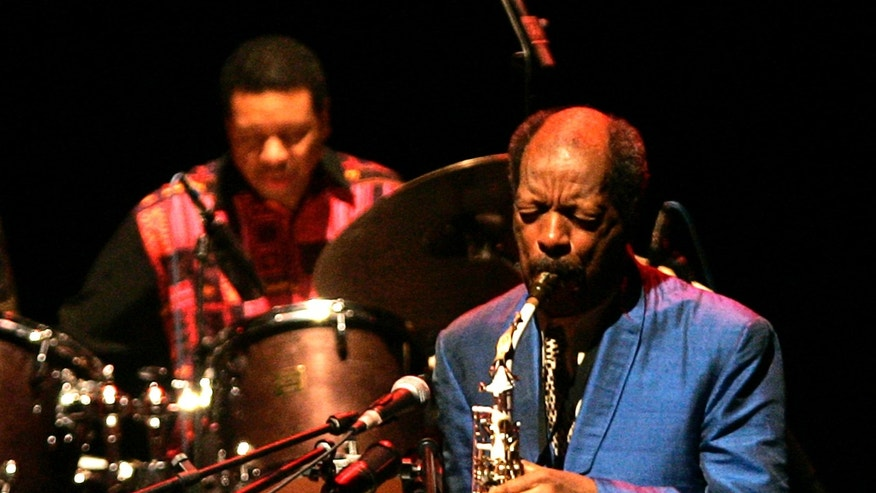 Jazz musician Ornette Coleman (R) of the U.S. plays his saxophone in front of drum player Denardo Coleman during a concert in Madrid, November 11, 2007.REUTERS/Andrea Comas(SPAIN) - RTX8LN