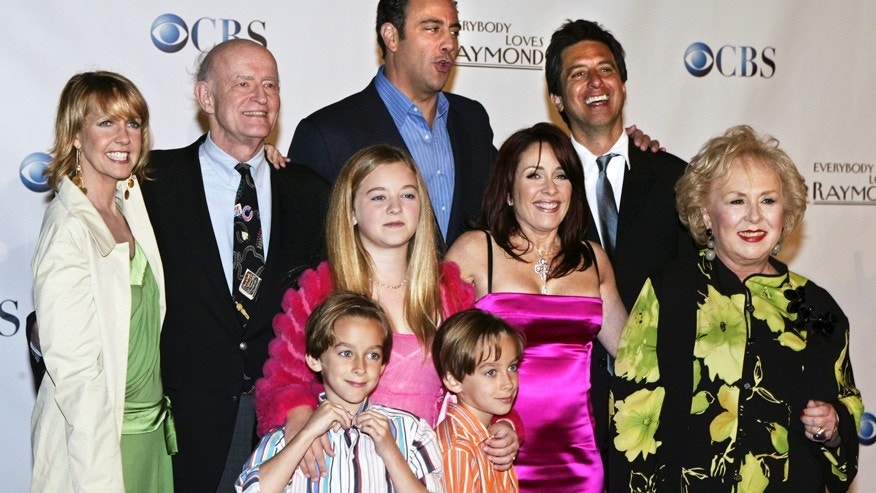 "Cast members of ""Everybody Loves Raymond"", (back L-R) Monica Horan, Peter Boyle, Brad Garrett, Ray Romano, (middle L-R) Madylin Sweeten, Patricia Heaton, Doris Roberts, (front L-R) Sawyer Sweeten and Sullivan Sweeten, pose for a group photo at the series wrap party in Santa Monica, California April 28, 2005."