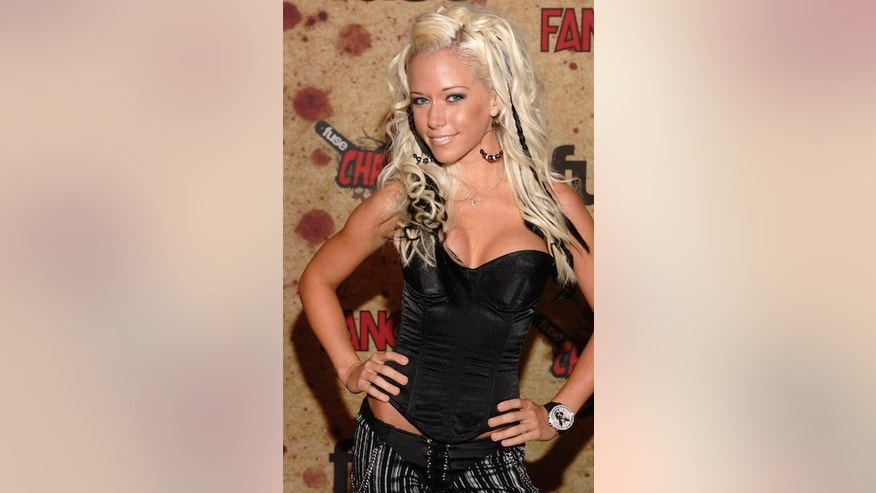 Actress Kendra Wilkinson arrives for the taping of the Fuse/Fangoria Chainsaw Awards held at the Orpheum Theater in Los Angeles, California October 15, 2006.  REUTERS/ Phil McCarten (UNITED STATES) - RTR1IDFJ