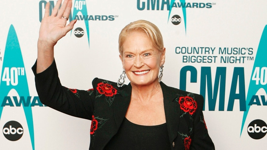 Singer Lynn Anderson arrives at the 40th Country Music Awards in Nashville, Tennessee November 6, 2006. REUTERS/Lucas Jackson (UNITED STATES) - RTR1J329
