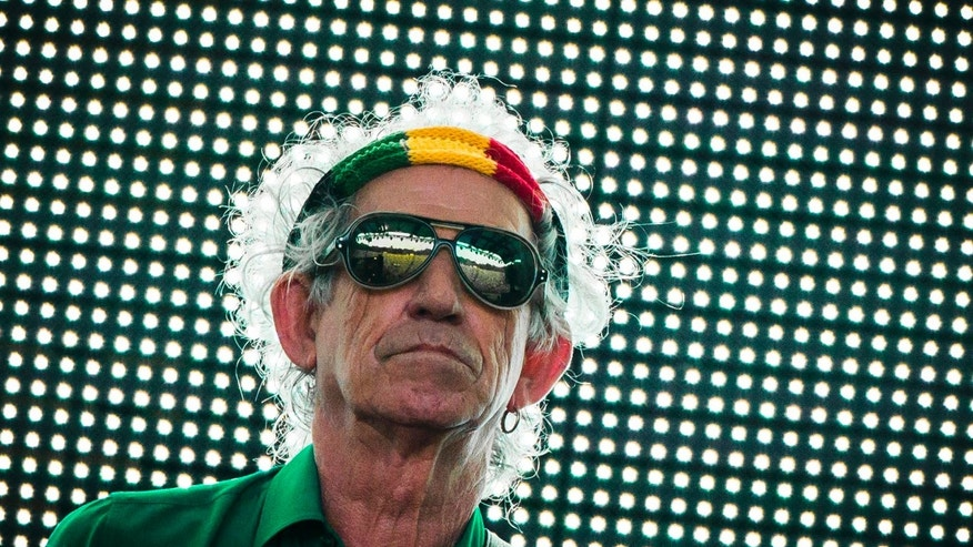 "Keith Richards of the Rolling Stones performs during their ""14 on Fire"" show at Waldbuehne in Berlin, June 10, 2014. REUTERS/Thomas Peter (GERMANY - Tags: ENTERTAINMENT) - RTR3T4A2"