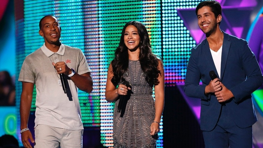 Hosts Ludacris (L), Gina Rodriguez and Josh Peck take the stage during the 2015 Teen Choice Awards in Los Angeles, California, United States August 16, 2015.  REUTERS/Mario Anzuoni - RTX1OFMK