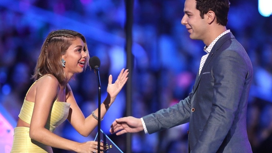 Sarah Hyland, left, and Skylar Astin present the award for choice comedian at the Teen Choice Awards at the Galen Center on Sunday, Aug. 16, 2015, in Los Angeles. (Photo by Matt Sayles/Invision/AP)