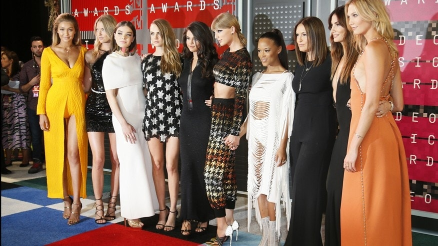 From left, models Gigi Hadid and Martha Hunt, actress Hailee Steinfeld, model Cara Delevingne, recording artists Selena Gomez and Taylor Swift, actress Serayah McNeill, model Lily Aldridge, actress Mariska Hargitay and model Karlie Kloss arrive at the 2015 MTV Video Music Awards in Los Angeles, California, August 30, 2015.  REUTERS/Danny Moloshok - RTX1QBUP