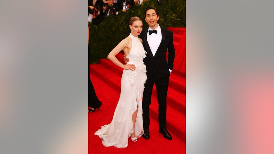 "Actress Amanda Seyfried and actor Justin Long arrives to the Metropolitan Museum of Art Costume Institute Gala 2015 celebrating the opening of ""China: Through the Looking Glass,"" in Manhattan, New York May 4, 2015.   REUTERS/Lucas Jackson - RTX1BJPF"