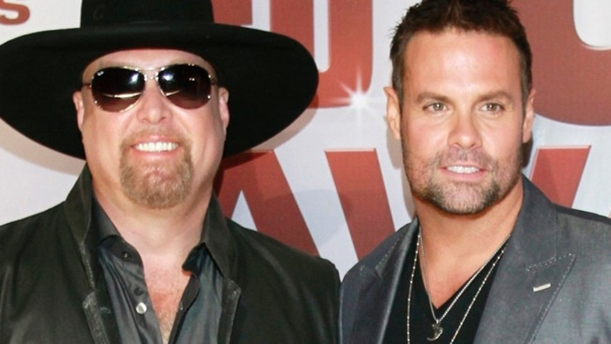 Country music duo Montgomery Gentry, Eddie Montgomery (L) and Troy Gentry, arrives at the 45th Country Music Association Awards in Nashville, Tennessee November 9, 2011. REUTERS/Harrison McClary (UNITED STATES  - Tags: ENTERTAINMENT) - RTR2TSYV