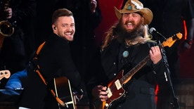Justin Timberlake (L) and Chris Stapleton perform a medley of songs at the 49th Annual Country Music Association Awards in Nashville, Tennessee November 4, 2015.