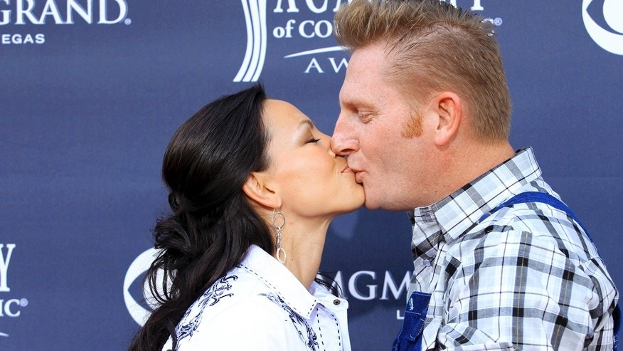Rory Lee Feek (R) and Joey Martin Feek (L) of country music duo Joey + Rory kiss at the 46th annual Academy of Country Music Awards in Las Vegas April 3, 2011.