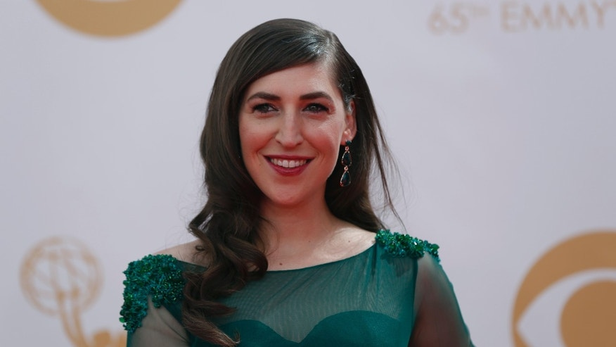 """Actress Mayim Bialik, from CBS's sitcom """"The Big Bang Theory,"""" arrives at the 65th Primetime Emmy Awards in Los Angeles September 22, 2013.  REUTERS/Mario Anzuoni (UNITED STATES  - Tags: ENTERTAINMENT)  (EMMYS-ARRIVALS) - RTX13VL6"""