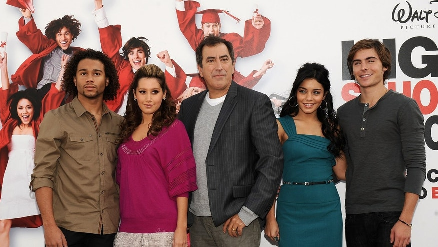 "MADRID, SPAIN - OCTOBER 03:  (L to R) Corbin Bleu, Ashley Tisdale, Kenny Ortega, Vanessa Hudgens and Zac Efron attend ""High School Musical 3: Senior Year"" photocall at the ME Hotel on October 3, 2008 in Madrid, Spain.  (Photo by Carlos Alvarez/Getty Images)"