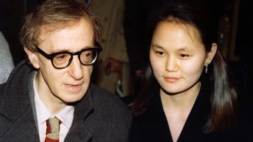 "Woody Allen (L) and Soon-Yi Previn arrive for the premiere of Allen's movie, ""Everyone Says I Love You,"" in New York January  9. The movie is the first musical written and directed by Allen. It was filmed  in New York, Paris, and Venice. - RTXHR3G"