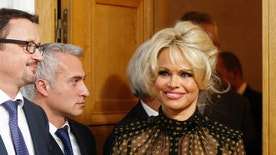 Pamela Anderson (R), actress and animals rights defender, arrives attend a news conference at the National Assembly to protest the force-feeding of geese used in the production of foie gras, in Paris, France, January 19, 2016.  REUTERS/Philippe Wojazer - RTX233IR