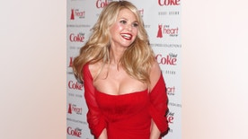 Model Christie Brinkley arrives for the Heart Truth Red Dress show in New York, February 8, 2012.     REUTERS/Carlo Allegri (UNITED STATES - Tags: ENTERTAINMENT) - RTR2XIOJ