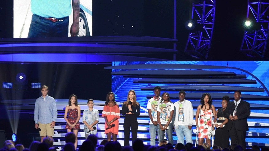 Jessica Alba, with families of victims of gun violence at the Teen Choice Awards on Sunday, July 31, 2016.