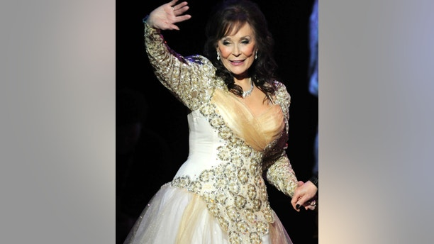 """Country legend Loretta Lynn waves after performing during the """"Grammy Salute to Country Music honoring Loretta Lynn"""" in Nashville, Tennessee, October 12, 2010.    REUTERS/Tami Chappell (UNITED STATES - Tags: ENTERTAINMENT) - RTXTDHC"""