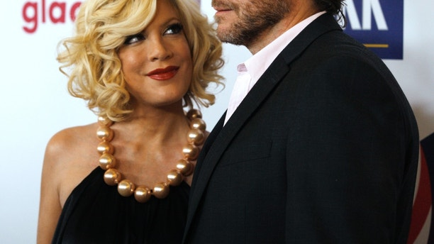 Tori Spelling and husband Dean McDermott arrive at the 22nd annual Gay and Lesbian Alliance Against Defamation (GLAAD) Media Awards in Los Angeles, California April 10, 2011.   REUTERS/Fred Prouser  (UNITED STATES - Tags: ENTERTAINMENT) - RTR2L398