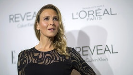 Actress Renee Zellweger poses at the 21st annual ELLE Women in Hollywood Awards in Los Angeles, California October 20, 2014.  REUTERS/Mario Anzuoni  (UNITED STATES - Tags: ENTERTAINMENT) - RTR4AXJN
