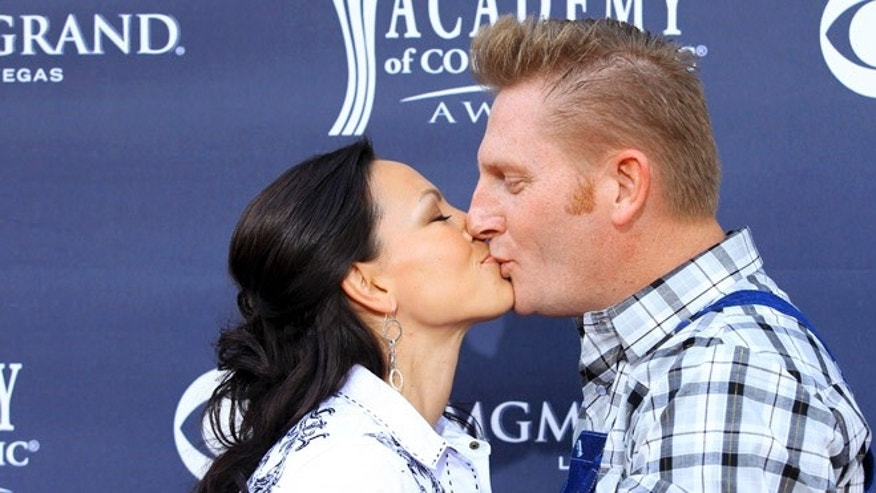 Rory Feek says he's still unable to order a headstone for late wife Joey.
