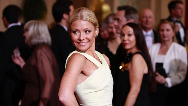 Actress and talk show host Kelly Ripa arrives at the 84th Academy Awards in Hollywood, California, February 26, 2012.   REUTERS/Lucas Jackson (UNITED STATES) (OSCARS-ARRIVALS) - RTR2YIV8