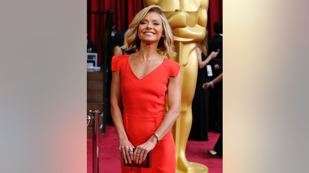 Television host Kelly Ripa smiles as she arrives at the 86th Academy Awards in Hollywood, California March 2, 2014. REUTERS/Adrees Latif (UNITED STATES  - Tags: ENTERTAINMENT)(OSCARS-ARRIVALS) - RTR3FXDC