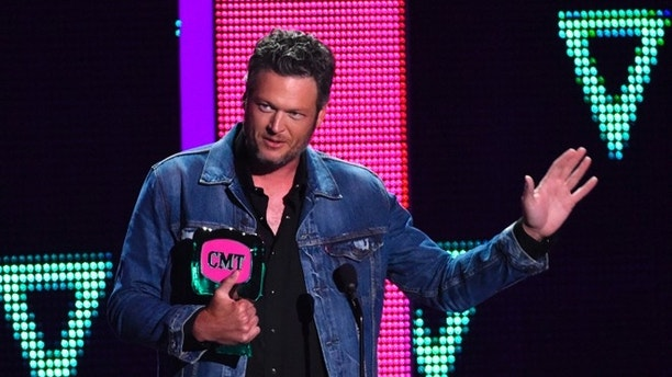 Musician Blake Shelton accepts the CMT Social Superstars award at the 2016 CMT Music Awards in Nashville, Tennessee, U.S. June 8, 2016.  REUTERS/Harrison McClary - RTSGNP7