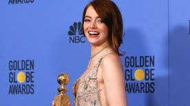 """Emma Stone poses with her award for Best Performance by an Actress in a Motion Picture - Musical or Comedy for her role in """"La La Land"""" during the 74th Annual Golden Globe Awards in Beverly Hills, California, U.S., January 8, 2017.  REUTERS/Mario Anzuoni - RTX2Y1PT"""