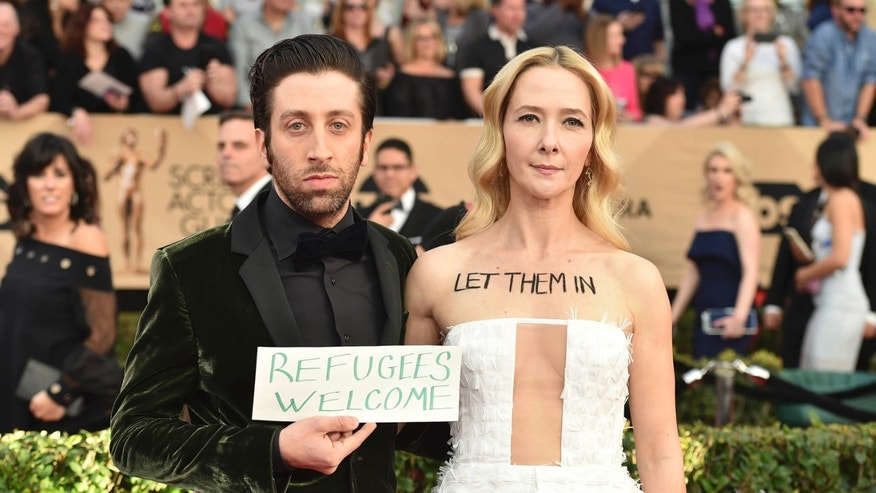 Simon Helberg protests Trump's travel ban on SAG red carpet