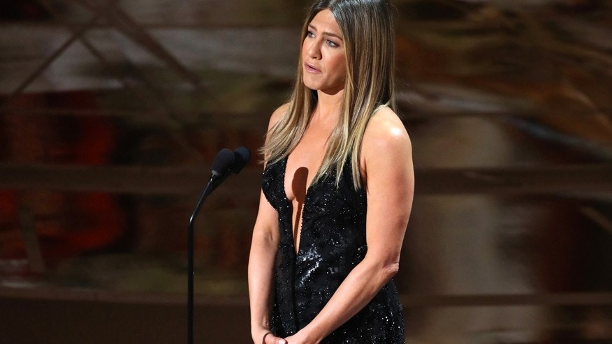 Jennifer Aniston tears up while honoring Bill Paxton during in memoriam segment