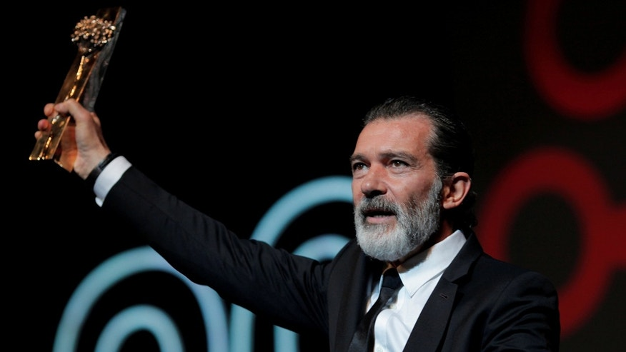 Spanish actor and director Antonio Banderas holds his Biznaga de Oro Honorifica trophy (Honorary Golden Biznaga) for his lifetime achievement during the 20th Festival de Malaga Cine Espanol (Malaga Spanish Film Festival) at Cervantes Theatre in Malaga, southern Spain, March 25, 2017. REUTERS/Jon Nazca - RTX32PV6