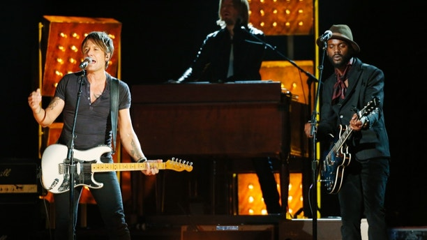 """Keith Urban performs """"Cop Car"""" with Gary Clark Jr. at the 56th annual Grammy Awards in Los Angeles, California January 26, 2014.   REUTERS/ Mario Anzuoni  (UNITED STATES  TAGS:ENTERTAINMENT) (GRAMMYS-SHOW) - RTX17WAT"""