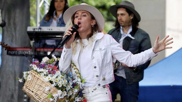 Singer Miley Cyrus performs on NBC's 'Today' show in New York City, U.S., May 26, 2017. REUTERS/Brendan McDermid - RTX37RBT