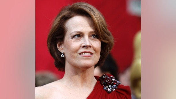 "Actress Sigourney Weaver from ""Avatar"" arrives at the 82nd Academy Awards in Hollywood March 7, 2010.     REUTERS/Mario Anzuoni   (UNITED STATES)  (OSCARS-ARRIVALS - Tags: ENTERTAINMENT)"