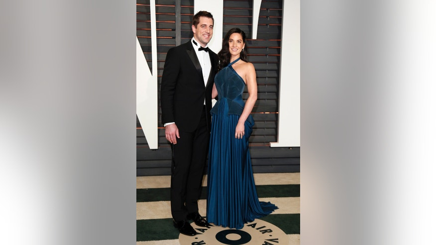 NFL football player Aaron Rogers and actress Olivia Munn arrive at the 2015 Vanity Fair Oscar Party in Beverly Hills, California February 22, 2015. REUTERS/Danny Moloshok (UNITED STATES - Tags:ENTERTAINMENT) (VANITYFAIR-ARRIVALS) - RTR4QPW9